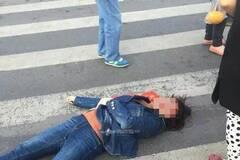 女子过路闯红灯遭协管员铁锤爆头
