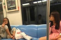 网曝女子霸占地铁座位抠脚