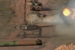 解放军99改坦克群战斗队形进攻画面曝光 威武霸气