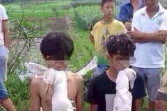 广西:两名少年偷鸭被抓 叼鸭下跪