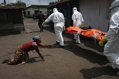 亲人含泪送别埃博拉死者