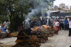 尼泊尔:民众野外焚烧亲人遗体