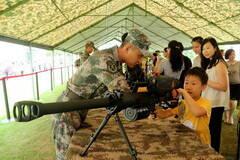 澳门军营向公众开放 男孩把玩狙击榴弹发射器