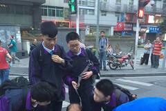 老人过马路摔倒 5名学生围人墙保护