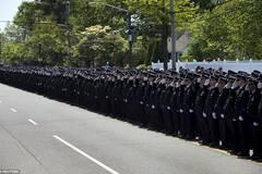 美国3万人参加遭枪杀警察葬礼