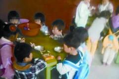 河南一幼儿园被曝孩子跪着用早餐