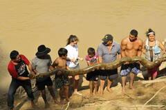 民众营救约5米长受伤巨蟒