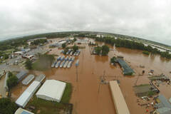 美国南部洪水:人跟着房子漂走了