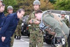 日本感谢美军参与地震救灾 向美国飞行员鞠躬