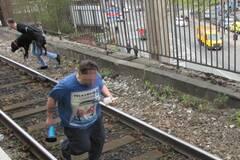 为了救狗,他们拦下火车