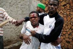 布隆迪骚乱:冲入下水道逃生的男子