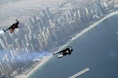 2个在迪拜摩天大楼间飞行的人