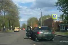 女司机驾车吸烟酿大祸 车被烧光