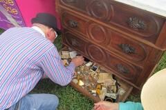 男子购二手柜发现珠宝 如数归还
