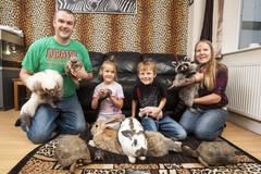 英国一家庭养149只动物