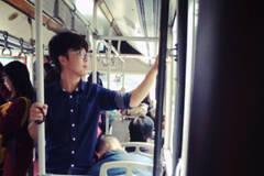 """成都:大学生公交车上给睡着老人当""""人肉靠垫""""20分钟"""