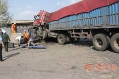 小轿车被压半挂车下 2人当场死亡