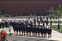 俄多兵种老兵向无名烈士墓献花