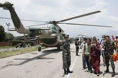 解放军直升机在尼泊尔展开救援