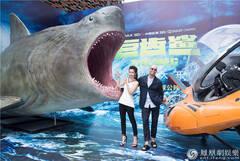 """《巨齿鲨》杰森自曝""""肉搏""""鲨鱼 李冰冰体验极限缺氧"""