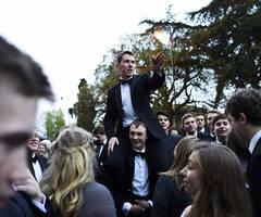 牛津大学生庆祝五一的方式