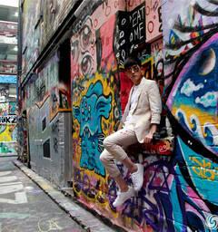 张睿漫游澳洲涂鸦墙 潮装型男流露不羁个性