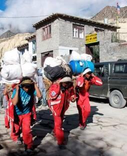 """珠峰""""背夫""""扛物资,为他们带回垃圾和尸体"""
