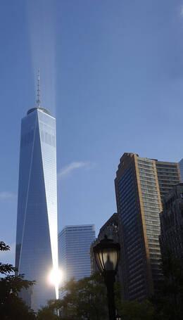 """纽约世贸大厦现神奇""""自然光柱"""" 原因未知"""