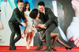 郑国霖和杨明娜_分别饰演郭靖和黄蓉的郑国霖,杨明娜在现场主动示范公主抱姿势,杨明娜