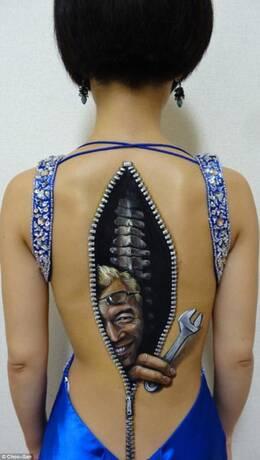 19岁女生创作恐怖人体彩绘 皮肤似装拉链