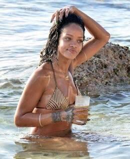 当地时间12月28日,蕾哈娜身着比基尼现身巴巴多斯海滩,胸前翅膀纹身图片