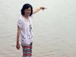 57岁大姐海中救出180多斤溺水小伙!没等到谢谢也不后悔