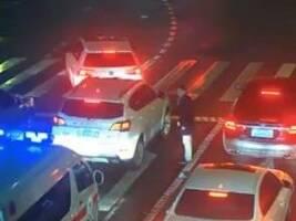 拥堵车流中,这名男子却忽然下车,一个举动刷屏了!