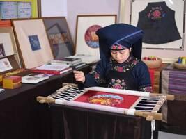 广西绣娘带当地千名妇女刺绣,称手艺失传是愧对祖先