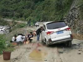 陕西干部扶贫途中遇山石滚落车被砸 两死一伤(图)