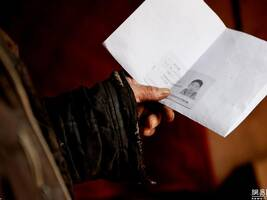 儿子过年不回家 老人想念时看证件照