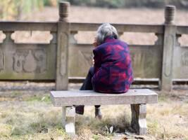 白发老人初一独自在湖边打1小时电话:何时回