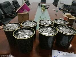 山东男子提6袋硬币买车 10人数了3小时(图)