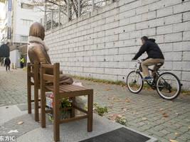 日本驻韩国釜山使馆前 慰安妇雕像戴上了围巾(图)