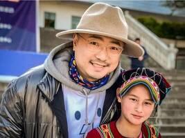 壹基金温暖包推广大使徐峥,给孩子们送新年礼物啦