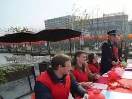 俄罗斯辣妈为何拉着6岁儿子一起加入上海志愿者?
