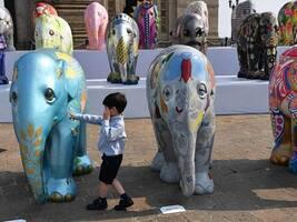 印度孟买展出精美大象雕塑 将被拍卖为大象公益募资