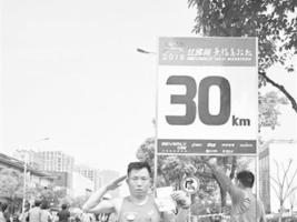 父亲带去世女儿护照跑完马拉松:替她完成未了心愿