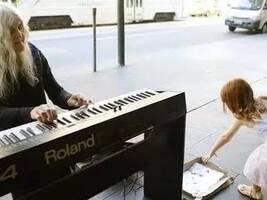 82岁流浪奶奶在墨尔本街头为行人营造超棒的音乐天堂