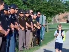 父亲殉职后,5岁小男孩上学那天,门口站了70名警员……