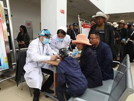"""上海医生在日喀则""""造血制氧"""",为当地医生培养人才输送技术"""