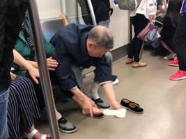 地铁上,老爷爷当众和老奶奶互换鞋袜,网友纷纷点赞……