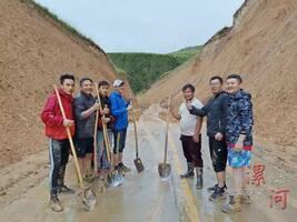 河南驴友青海旅行突遇泥石流,民警3小时铲出一条生命通道