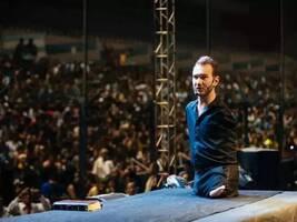 一出生就没四肢,却在68国举办1600多场演讲
