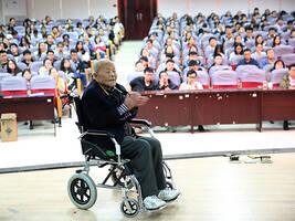 西北大学85岁退休教授坚持开办公益课堂:热爱专业胜于生命